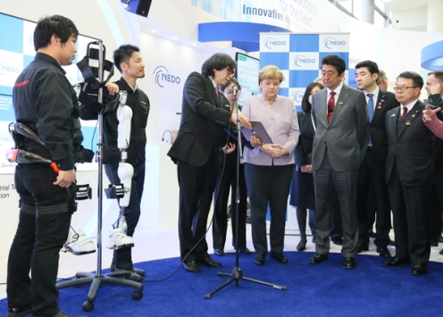 Photograph of the Prime Minister and the Chancellor of Germany visiting CeBIT (3)