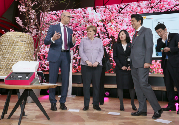 Photograph of the Prime Minister and the Chancellor of Germany visiting CeBIT (4)