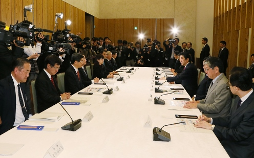 Photograph of the Prime Minister making a statement (3)