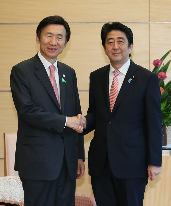 Photograph of the Prime Minister shaking hands with the Minister of Foreign Affairs of the Republic of Korea