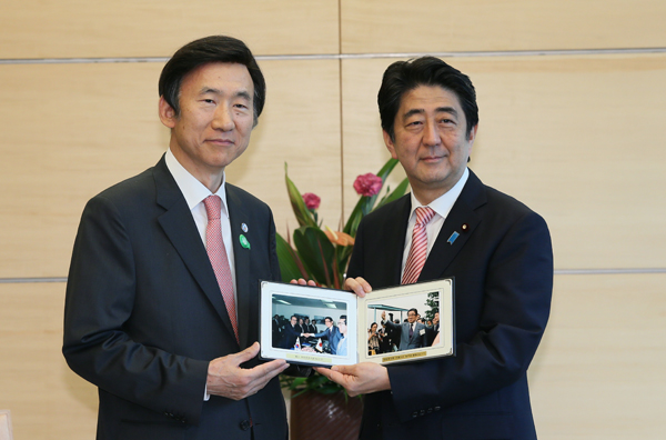 Photograph of the Prime Minister being presented with photographs of former Minister for Foreign Affairs Shintaro Abe