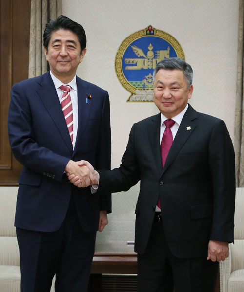 Photograph of the Prime Minister shaking hands with the Chairman of the State Great Hural of Mongolia
