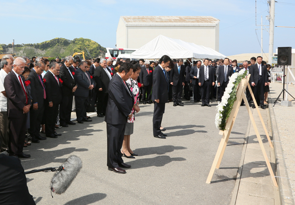 Photograph of the Prime Minister laying a wreath and offering a silent prayer