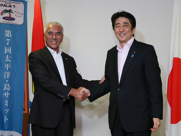 Photograph of the Prime Minister shaking hands with the President of Kiribati