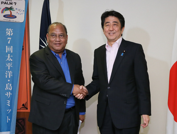 Photograph of the Prime Minister shaking hands with the President of the Marshall Islands