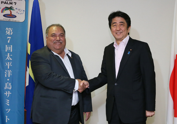 Photograph of the Prime Minister shaking hands with the President of Nauru