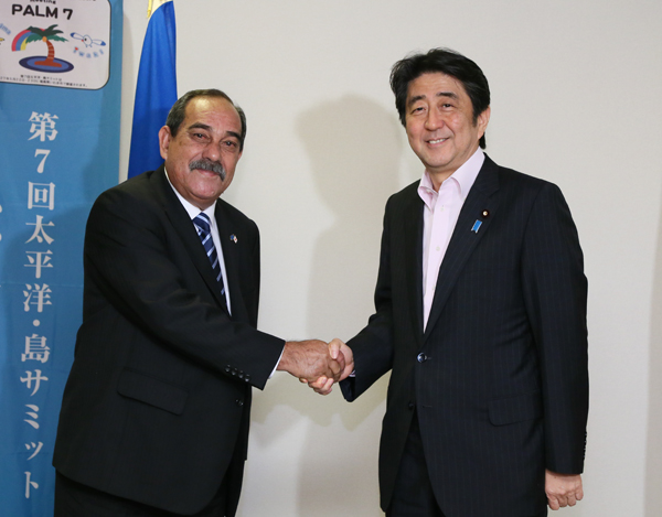 Photograph of the Prime Minister shaking hands with the President of Micronesia