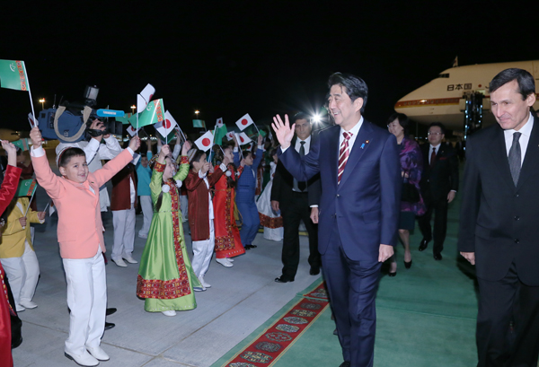 Photograph of the Prime Minister arriving in Turkmenistan