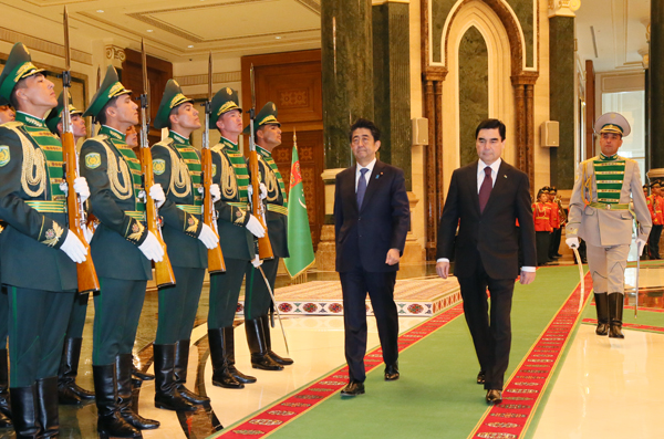 Photograph of the welcome ceremony at the Presidential Palace