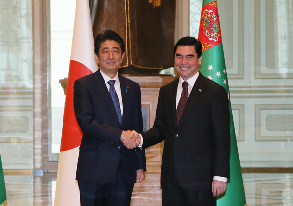 Photograph of the Prime Minister shaking hands with the President of Turkmenistan