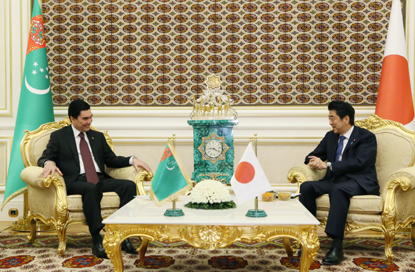 Photograph of the Japan-Turkmenistan Summit Meeting (smaller meeting)