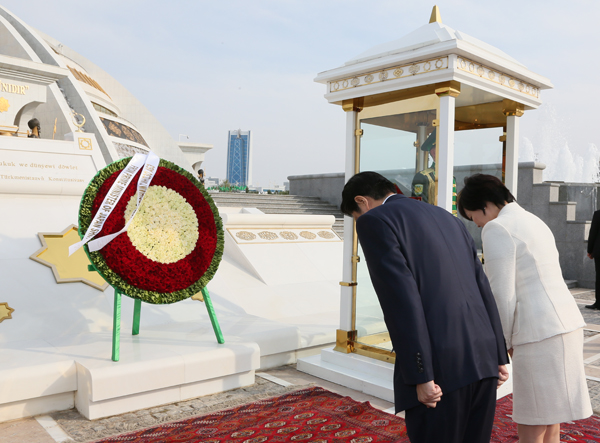 Photograph of the Prime Minister offering flowers at the Monument of Independence