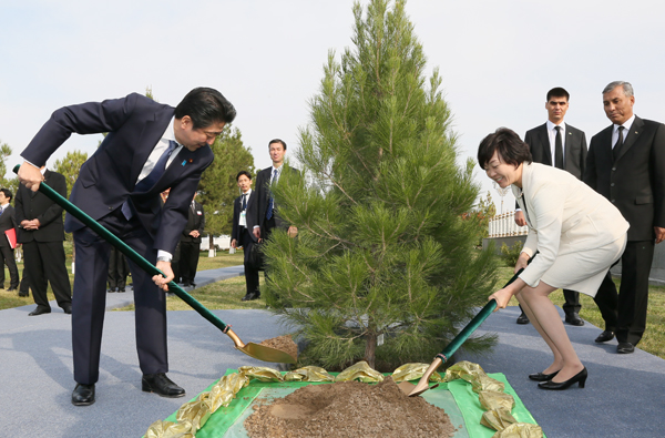 Photograph of the Prime Minister planting a tree at the Monument of Independence