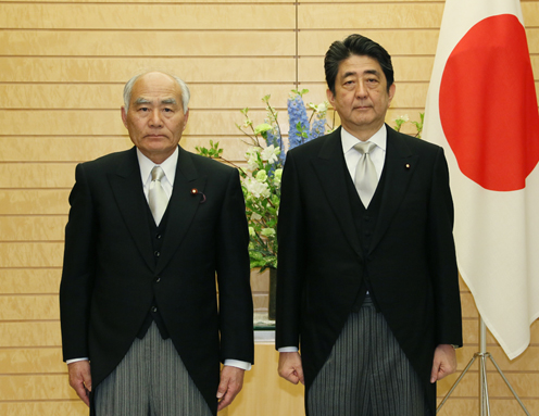 Photograph of the Prime Minister attending a photograph session with the newly appointed Minister Yoshino (2)