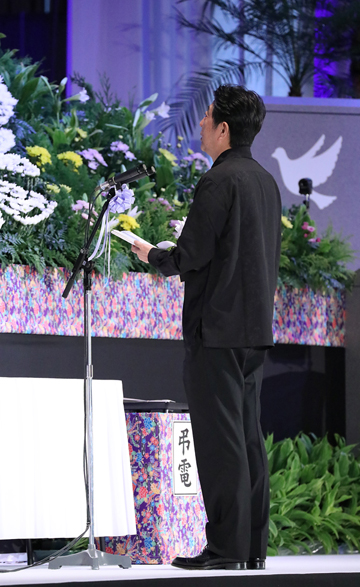Photograph of the Prime Minister delivering a memorial address (2)