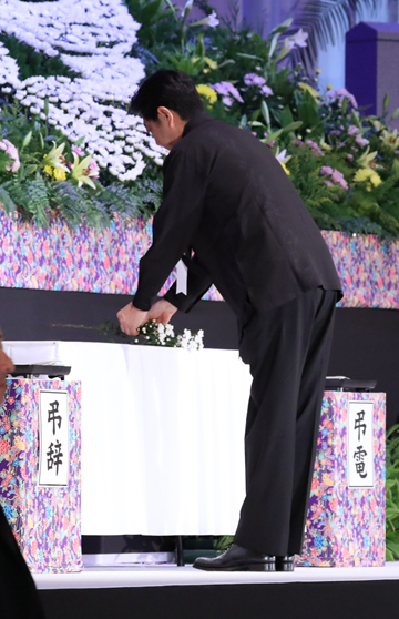 Photograph of the Prime Minister offering flowers