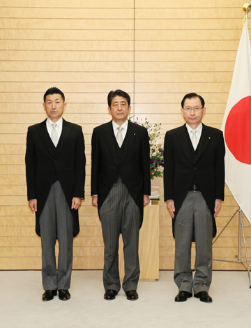 Photograph of the Prime Minister attending a commemorative photograph session with State Minister Hamada and State Minister Akama (2)