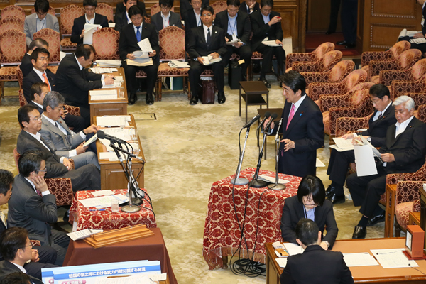 Photograph of the Prime Minister answering questions (3)