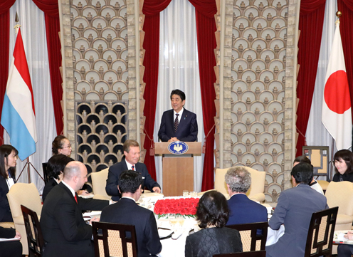 Photograph of the Prime Minister delivering an address at the banquet hosted by Prime Minister Abe and Mrs. Abe (1)