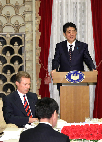 Photograph of the Prime Minister delivering an address at the banquet hosted by Prime Minister Abe and Mrs. Abe (2)