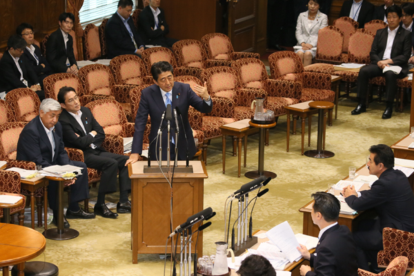 Photograph of the Prime Minister answering questions (2)
