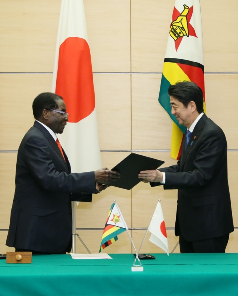 Photograph of the leaders exchanging documents