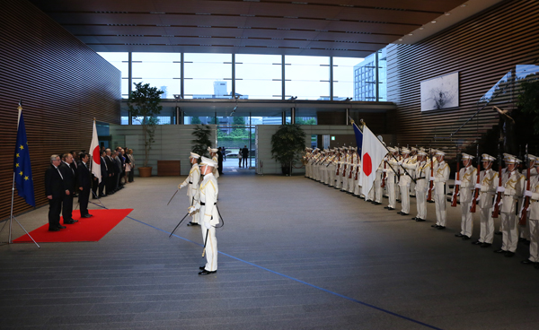 Photograph of the ceremony by the guard of honor (1)