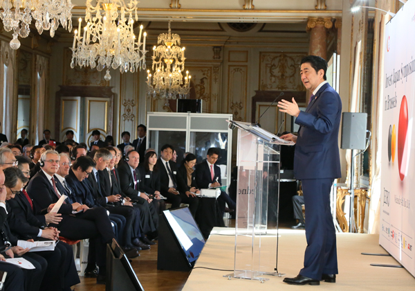 Photograph of the Prime Minister delivering a speech at the Invest Japan Symposium