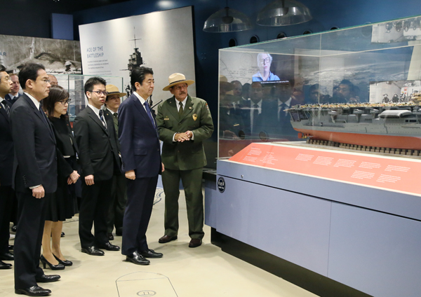Photograph of the Prime Minister visiting the Pearl Harbor Visitor Center (2)