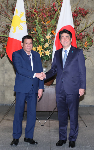 Photograph of the Prime Minister welcoming the President of the Philippines