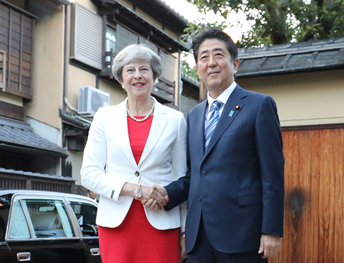 Photograph of the Prime Minister welcoming the Prime Minister of the United Kingdom at Omotesenke Fushin'an (1)
