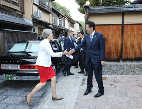 Photograph of the Prime Minister welcoming the Prime Minister of the United Kingdom at Omotesenke Fushin'an (2)
