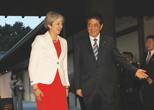 Photograph of the Prime Minister welcoming the Prime Minister of the United Kingdom at the Kyoto State Guest House