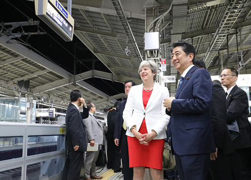 Photograph of the leaders waiting for a Shinkansen at Kyoto Station (1)