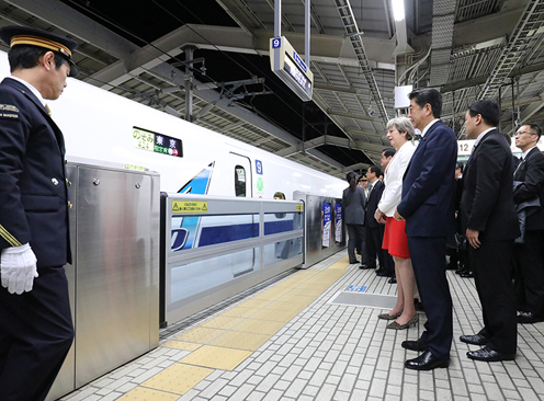 Photograph of the leaders waiting for a Shinkansen at Kyoto Station (2)