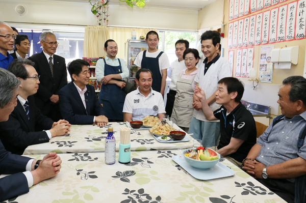 Photograph of the Prime Minister visiting a temporary shop at Kaiyama emergency temporary housing