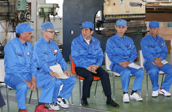 Photograph of the Prime Minister exchanging views with employees at a manufacturer of food product machinery