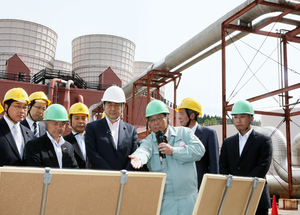 Photograph of the Prime Minister visiting a geothermal power plant