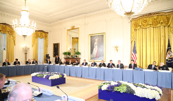 Photograph of working dinner hosted by the President of the United States (Pool Photo)