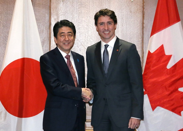 Photograph of the Prime Minister shaking hands with the Prime Minister of Canada