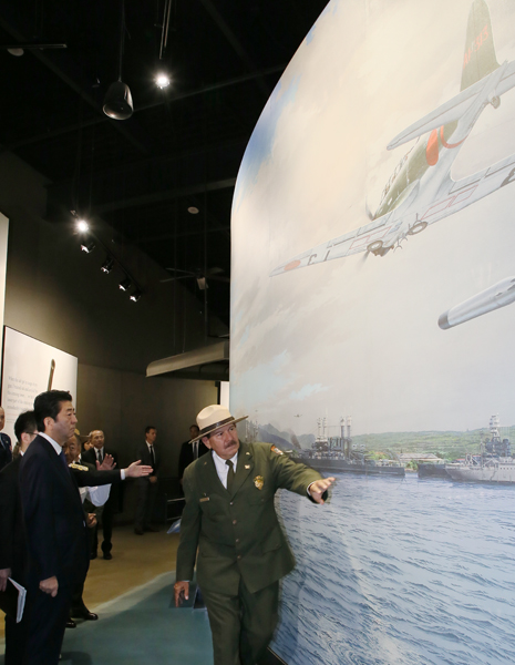 Photograph of the Prime Minister visiting the Pearl Harbor Visitor Center (3)