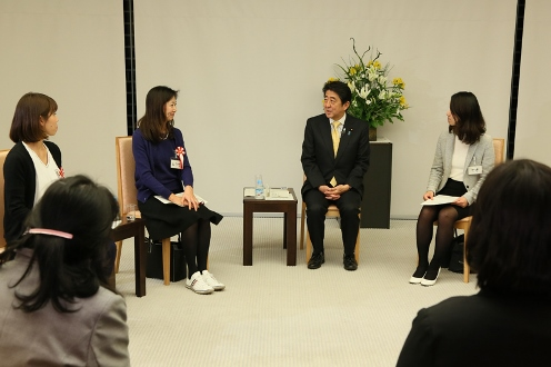 Photograph of the Prime Minister exchanging views with participants (2)
