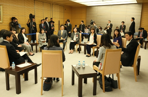 Photograph of the Prime Minister exchanging views with participants (3)