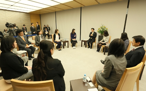 Photograph of the Prime Minister exchanging views with participants (4)