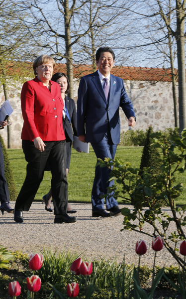 Photograph of the leaders strolling through the gardens (Pool Photo)