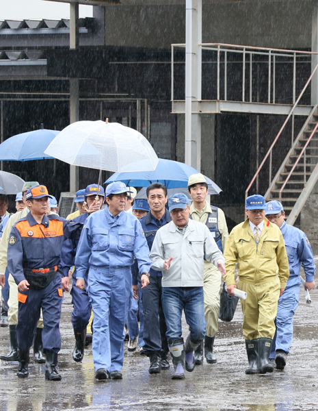 Photograph of the Prime Minister observing the state of damage at a factory (1)