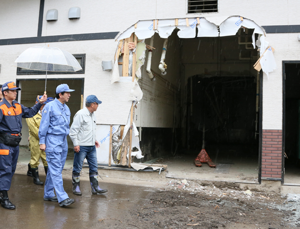 Photograph of the Prime Minister observing the state of damage at a factory (2)