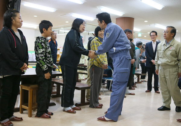 Photograph of the Prime Minister encouraging evacuees (2)