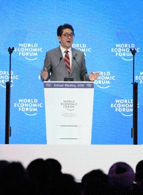 Photograph of the Prime Minister giving a speech at the Annual Meeting of the World Economic Forum (4)