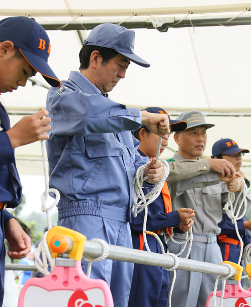 Photograph of the Prime Minister participating in the rope tying drill
